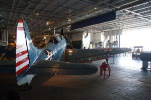 En Douglas SBD Dauntless i flyhangaren